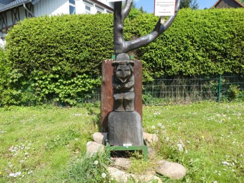 Eine Hexe markiert den start des Hexenstiegs