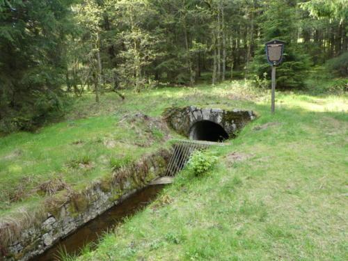 Der Dammgraben verschwindet in einen Stollen