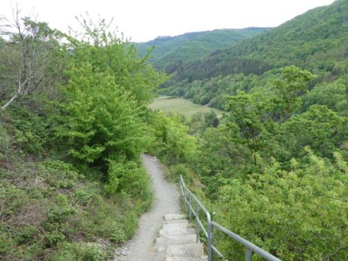 Schmaler Pfad mit vielen Treppen und steilen Felsen
