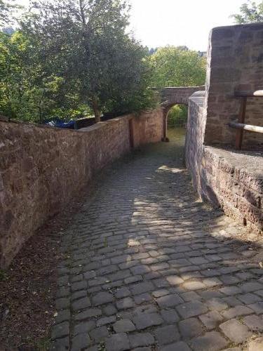 Mittelalterlicher Weg in Neuenburg. vom Schloss runter zum Fluss.