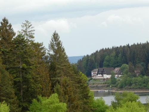 Der Schwarzenbachstausee mit verlassenen (???) Hotel im Hintergrund