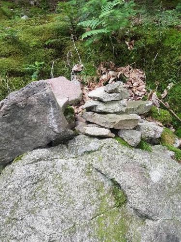 Immer wieder begegnet man kleinen Steindürmen.