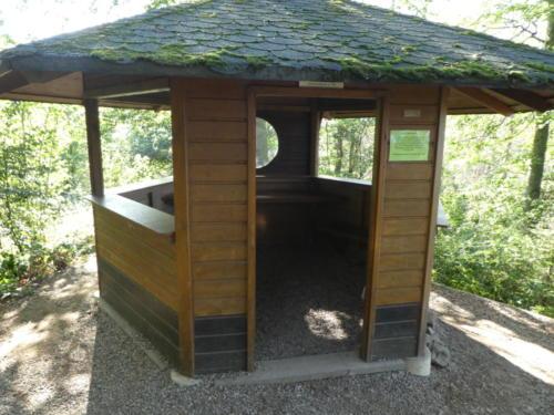 Schutzhütte am Aussichtsturm bei der Kuckholzklippe